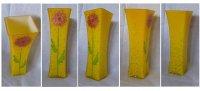 Желтая ваза с цветком