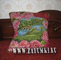 Подушка с красными розами