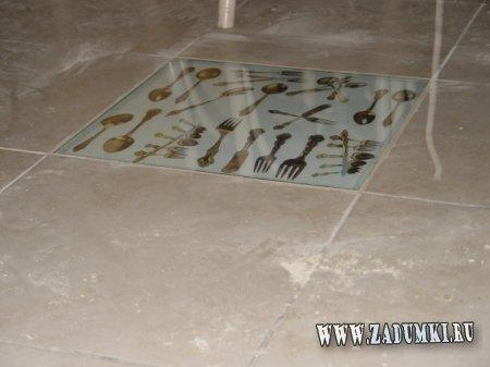 Рисунки под стеклом на полу