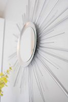Зеркало с солнечными лучами из деревянных дюбелей