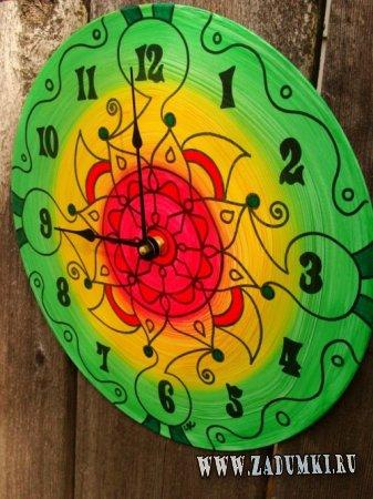 Разноцветные чашки и часы из винила