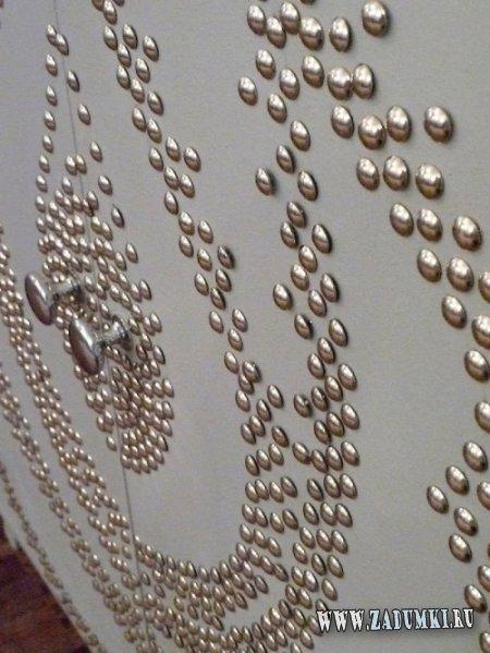 Комод, декорированный обивочными кнопками