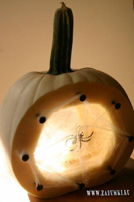 Светящаяся тыква с пауком внутри для Хэллоуина