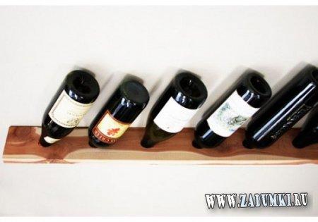 Простая настенная стойка для вина из одной доски.