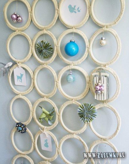 Новогодняя подставка для украшений из вешалки для шарфов