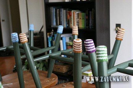 Для уюта в вашем доме – вязаные «носки» для стульев