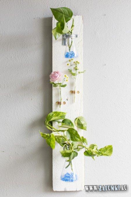 Инсталляция из колб и цветов