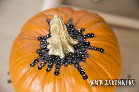 Украшение тыквы пайетками на Хеллоуин