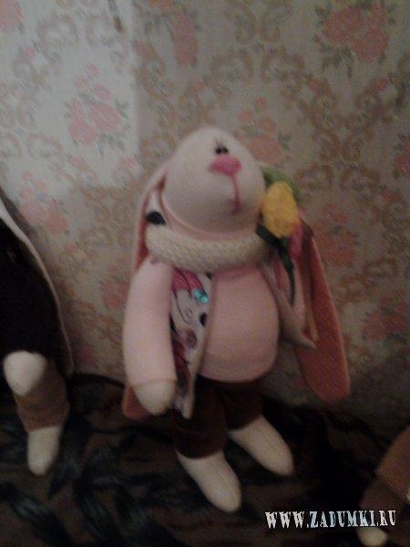 Заяц в жилетке с капюшоном