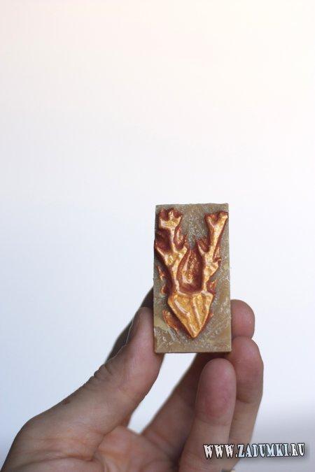 Рисунок на шарфе с помощью штампа из ластика